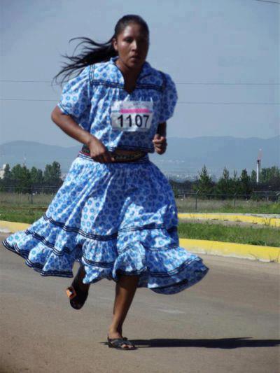 correndo de  saia